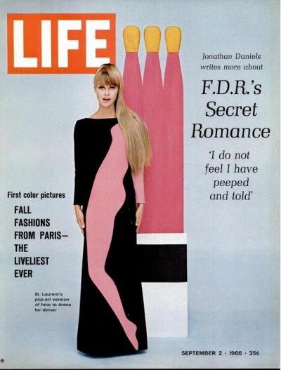 איב סאן לורן, שמלות פופ ארט בהשראת טום ווסלמן, הגוף הוורוד והשיער הבלונדיני כמו הגוף הוורוד של גפרורי הקרטון ברקע וראשיהם הצהובים
