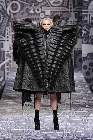 עיצוב, ויקטור ורולף. הדוגמנית לובשת את כל הבגדים של התצוגה בבת אחת, במין שריון וחטא החמדנות.