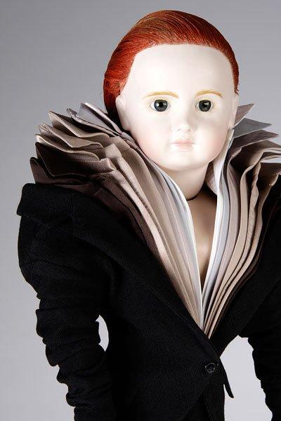 עיצוב, ויקטור ורולף. חולצה מרובת צווארונים. מתוך סדרת בובות שלובשות את העיצובים שלהם.