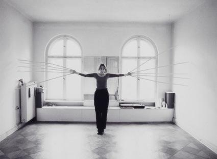 """רבקה הורן, סטיל מתוך """"נוגעת בקירות בשתי הידיים בבת אחת (1974)"""