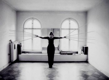 רבקה הורן, נוגעת בקירות בשתי ידיים בבת אחת