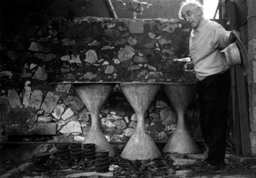 צילמה אביגיל שימל. דניס סילק מדבר לחפצים כמו פרנציסקוס הקדוש שדרש לציפורים (וגם לסנאים, לחולדות, לקרפדות ולחרקים, דרך אגב).