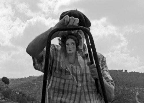 """דניס סילק, צילמה אביגיל שימל. דומה לכאורה ושונה לגמרי מAGUA של פינה באוש. הבובות של דניס הן לא תדמיות. """"שגיאתיות"""" גמורה. אבל כמה העננים מגבים את השיער והסומק של הפנים ומתחרזים איתם. ועוד שורה של דקויות: היחס בין הצ'ופצ'יק של הברט לכף היד הענקית הוא כמו הערה קומית על פרופורציות. והשיח הכהה משמאל שמאפשר את שחור הברט לא כחור בתמונה ולא כמגזרת. וגם הפסים העקומים והמקומטים בחולצה משתפים פעולה עם הטורסו הקרוע, ועוד ועוד."""