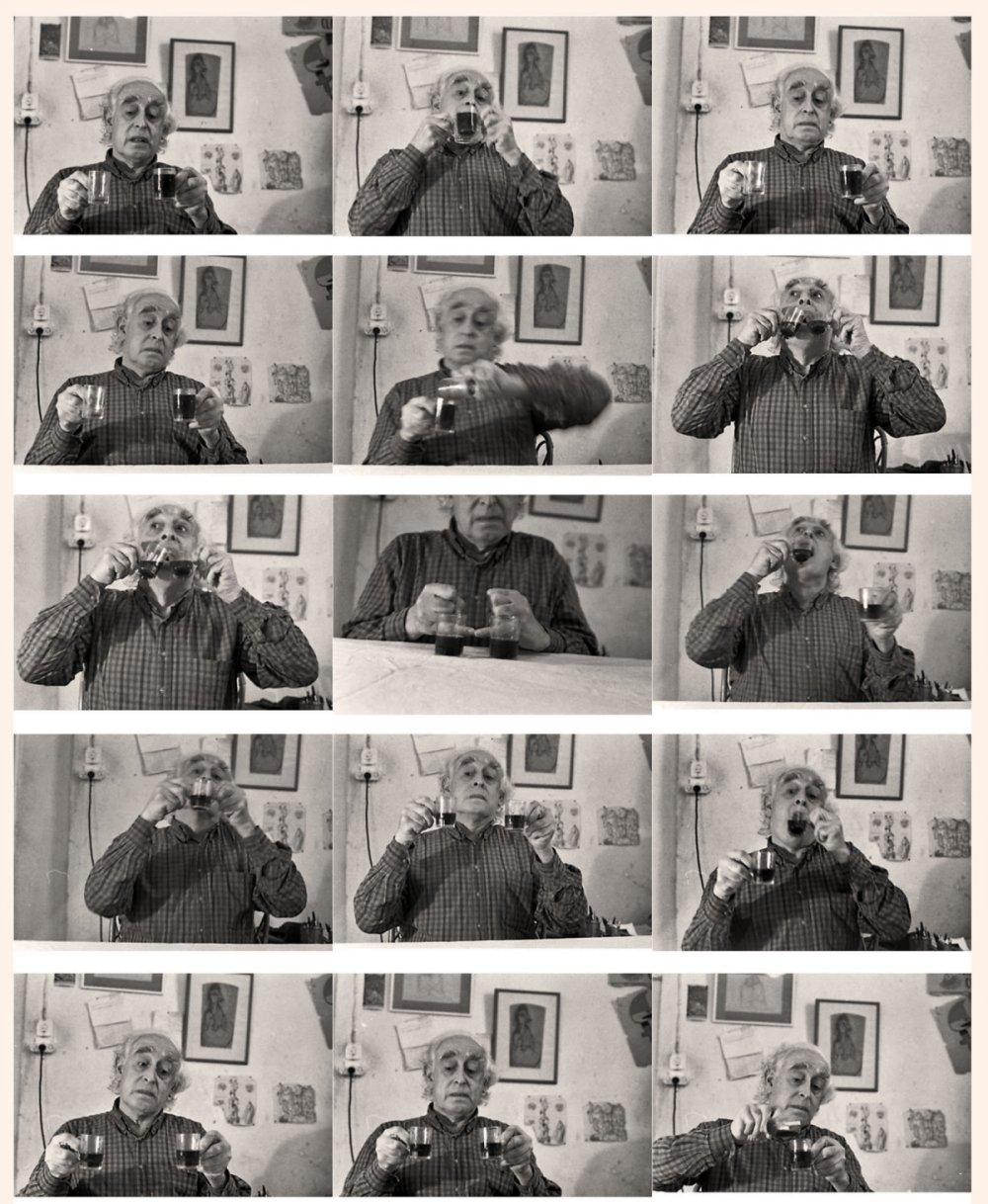 דניס סילק מנסה לשתות משתי כוסות בבת אחת ומתלבט בכל פעם כיצד לעשות זאת, זהו עיסוק סיזיפי שבו הוא חוזר על הניסיון בדרכים שונות  ובכל פעם חוזר לנקודת ההתחלה. צילמה: אביגיל שימל. לחצו להגדלה