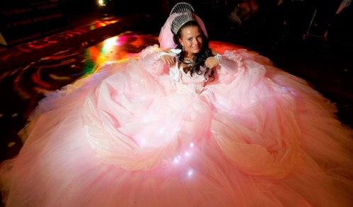 כלה צוענייה בת זמננו. אורות מושתלים בשמלות הכלה הצועניות. החתנים פטורים מאור.