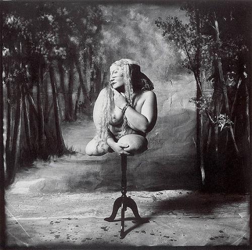 ג'ואל פיטר ויתקין - אישה על שולחן, 1987 (גם גביע הביצה של רדון מתפקד בין השאר ככן)