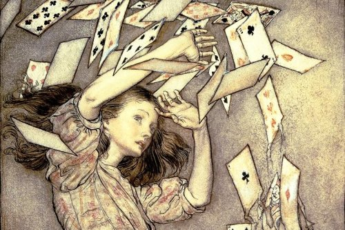 """מתוך """"אליס בארץ הפלאות"""" (פרט), אייר ארתור רקהאם. אליס נמצאת איכשהו ברקע של רבות מהעבודות של פינטו-פולק. כבר הזכרתי קודם איך כמעט טבעה בדמעותיה שלה, אבל אולי גם הסצנה הזאת שבה הקלפים נטרפים ומתעופפים, עומדת מאחורי הדפים המתעופפים של """"אבק""""."""