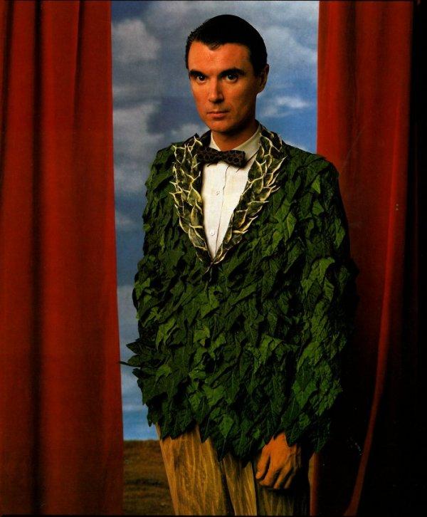 אנני ליבוביץ מצלמת את דיוויד בירן. עוד תלבושת עץ, בהשראת מגריט, מן הפוסט הזה.