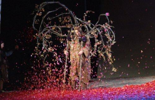"""עץ אנושי, עיצוב רקפת לוי, מתוך """"אשכבה"""" של חנוך לוין. (אם לא ראיתם - רוצו, זאת הצגה נפלאה, גם בזכות רקפת לוי שהתעלתה על עצמה בעיצוב התפאורה והתלבושות"""