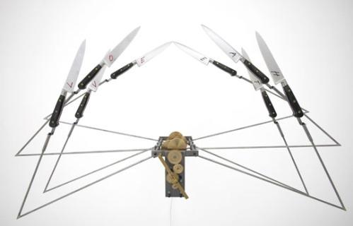 כנפי סכינים (לא חלודות) של רבקה הורן. אני יודעת שזה נראה כמו עכביש הפוך, אבל כשהמנוע פועל זה זז כמו כנפיים. רבקה הורן נמצאת בזווית העין של הפוסט הזה כל הזמן.
