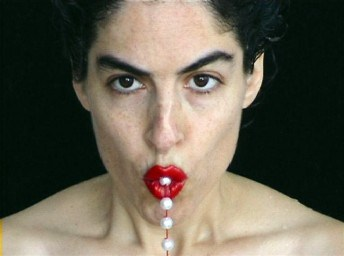 """מתוך """"המוצצת הנוצצת"""", מיצג של הילה לולו לין, 1998"""