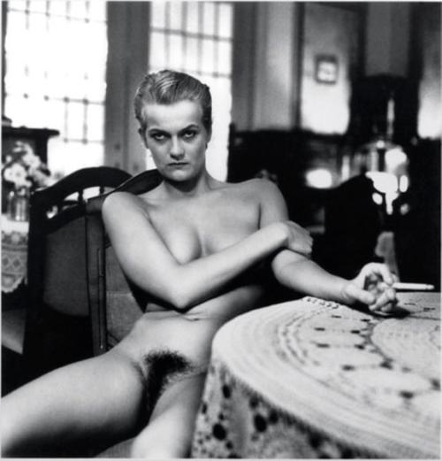 הלמוט ניוטון (רק כדי להראות למי שלא מכיר, איך הוא מצלם נשים בדרך כלל. בלי טיפת קורבניות.