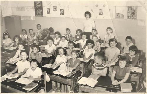 כיתה ג' עם המורה סימה נרקיס. הילדה היחידה שאת שמה איני זוכרת היא זו עם הקשת שצמודה למורה. היא היתה ככל הזכור לי עולה חדשה מצ'כיה שהצטרפה לכיתה לזמן קצר.
