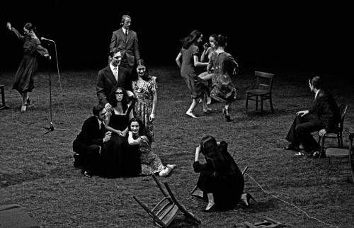 פינה באוש, 1980, התיאטרון-מחול הסימולטני והפוליפוני שלה ממשיך את האיור הפוליפוני של תום זיידמן. שתיהן ליריקאיות גדולות, כל אחת בתחומה.