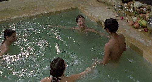 """""""סיפור הסבל ושלוש העלמות"""" מתוך """"אלף לילה ולילה"""" של פאזוליני (1974) אצל פאזוליני הסצנה כמעט אגבית, עדינה וכמעט מלנכולית על אף הצחקוקים (ואולי אני טועה, עברו שנים מאז שראיתי את הסרט, אבל ככה זה נחרט)."""