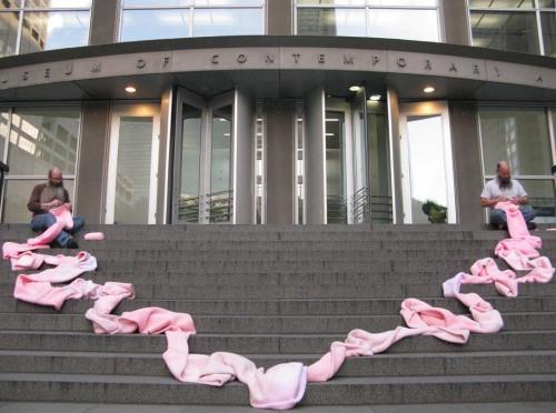 """""""ללא כותרת (pink tube)"""" מילר ושלברגר על מדרגות המוזאון לאמנות עכשווית בשיקאגו, 15 באוקטובר עד 19 בנובמבר 2013"""