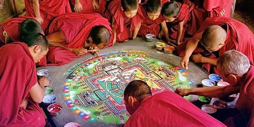 גואב ישימון החול הצבעוני הזורם והנמחק כל לילה, הזכיר לי מנדלות חול טיבטיות, מסורת שבה נזירים בודהיסטיים מציירים יקומים סימבוליים בחול צבעוני במשך שבועות רק כדי להרוס אותם בסוף. האיורים לסיפור שאינו נגמר (כל אלה שאני מכירה, וגם הסרט), נצמדים לָרגע ולהזדהות, ומאבדים את המבט הכפול של הספר, את המרחב הדק והעצום והנפלא בין חוויה להתבוננות, בין מופשט לקונקרטי. ניסיתי לבחור דימויים שיממשו אותו.