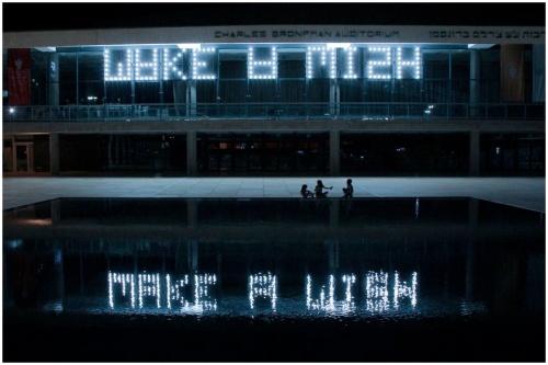 דניאל לנדאו, WAKE A MISH, 2013(מיצב של 178 נורות והשתקפותן בבריכת הבימה)