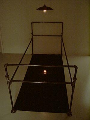 לואיס קמניצר, החדר הראשון, 2001-2002 מיצב, קאסל, הדוקומנטה ה11.