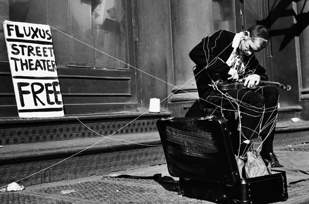 מבחינת ההיסטוריה של האמנות climax קרוב יותר לצורות אמנותיות כמו הפנינג (אמנות כפעולה) ולתנועת הפלוקסוס שהתפתחה בשנות השישים בארצות הברית (בהשראת המוסיקאי ג'ון קייג'). הפלוקסוסים פירקו את תהליך היצירה לגורמים, כולל הגבול בין אמן לקהל. הם הציעו אלטרנטיבה שבה האמן הוא לא בעל היצירה אלא יוזם תהליך של יצירה.