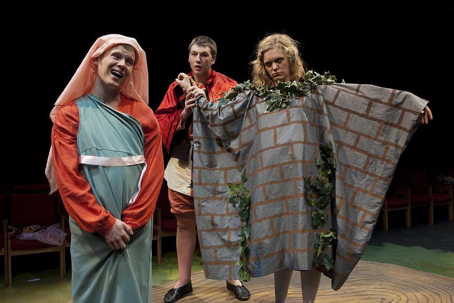 גם שייקספיר אגב, הבין את הפיוט שבתוך הנאיביות. שחקן מגלם קיר במחזה בתוך מחזה מתוך חלום ליל קיץ (עוד על הנאהבים חסרי המזל כאן, וגם כאן)