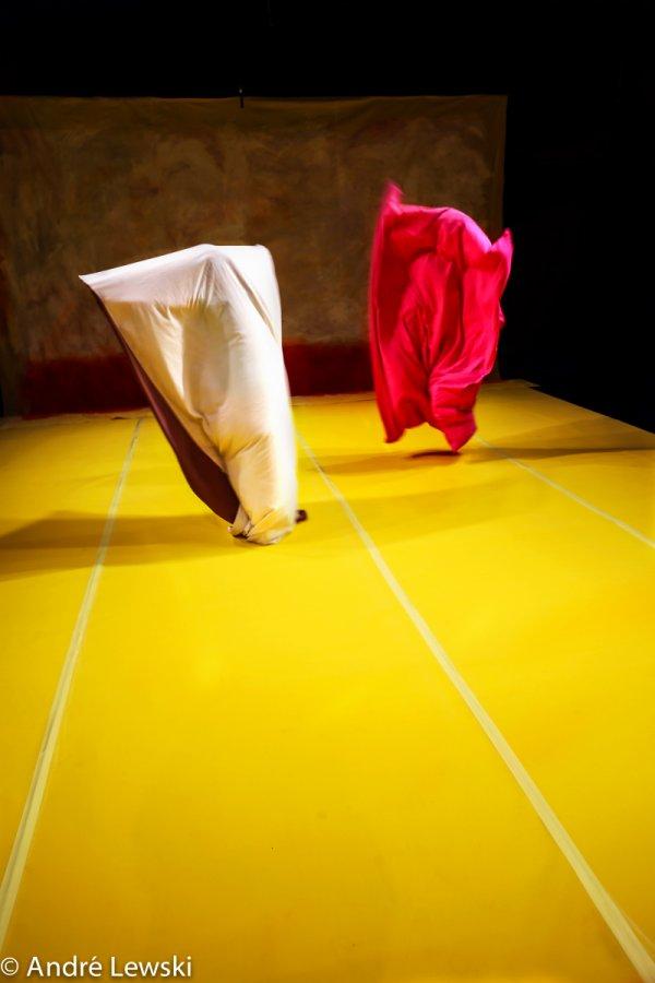 מיטל רז ולי מאיר, מתוך פליי דד, פסטיבל צוללן (אין תמונות טובות מן המופע לצערי. זאת משלב מאוחר של המופע שבו לא רואים את האצבעות האדומות).