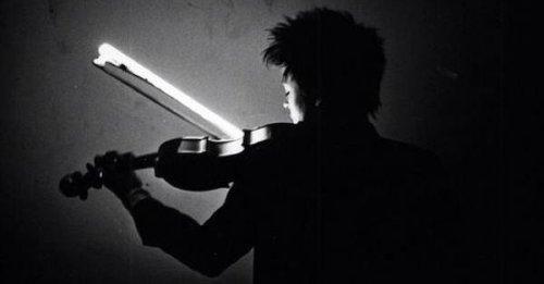 לורי אנדרסון מנגנת בכינור עם קשת מנורת פלורסנט