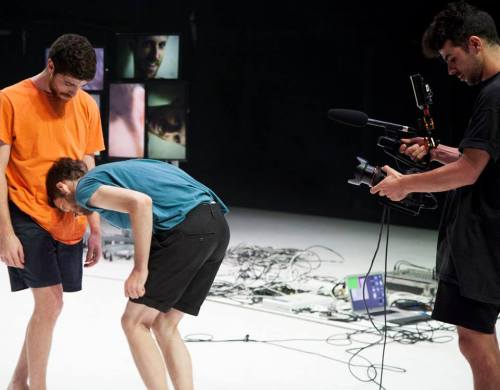 אי שם בעכשיו, אורי שפיר, עבודה לשני רקדנים, שמונה מסכים ואמן וידאו.