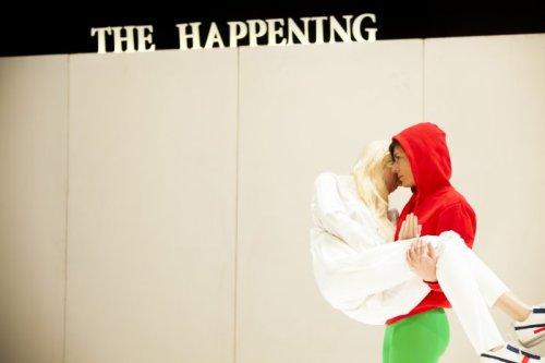 מתוך THE HAPPENING מאת תמי ליבוביץ, צילמה נועם סנדל. הדמות הנושאת את הבובה לבושה בטייטס וקפושון כמו צייד ימי ביניימי.
