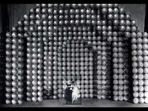 תמונה Relâche (1924) פרנסיס פיקאביה, אריק סאטי (בשיתוף עם חבורה מיתולוגית, מרנה קלייר ועד מרסל דושאן ומאן ריי). הדיסקיות המצוחצחות האלה סינוורו את הקהל והעלו את חמת המבקרים.