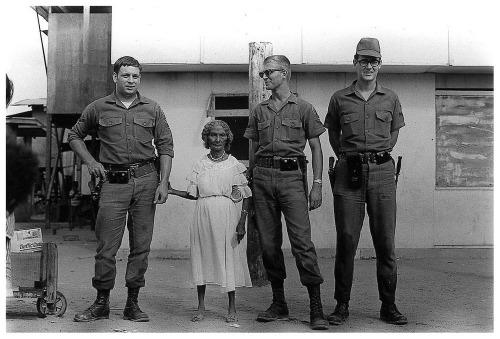 אנני ליבוביץ', חיילים אמריקאיים ומלכת הנגריטוס, 1968 (לחצו להגדלה)