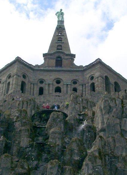 פסל הרקולס בטירה ליד קאסל. משם למעלה בקצה הוא השליך את המכוש.