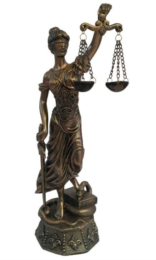 """תמיס, אלת הצדק היוונית, מחזיקה ביד אחת מאזניים ובאחרת חרב. עיניה מכוסות כדי למנוע משוא פנים. (בדרך לפוסט קראתי שכיסוי העיניים הוא תוספת מאוחרת של קריקטוריסט גרמני במאה השש עשרה, במחאה על אטימות מערכת המשפט. למותר לציין ש""""מיכאל קולהאס"""" לא רק מתרחש במאה השש עשרה אלא מבוסס על סיפור אמיתי שהתרחש באותה מאה)."""