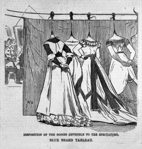 """תחריט של וינסלו הומר (1868) שמתאר את אחורי הקלעים של """"תמונה חיה"""" של חדר הנשים הנרצחות של """"כחול זקן"""". הקהל שיושב מהצד השני רואה שורה של ראשי נשים """"תלויים"""" על הקיר. מתוך הפוסט הזה===."""