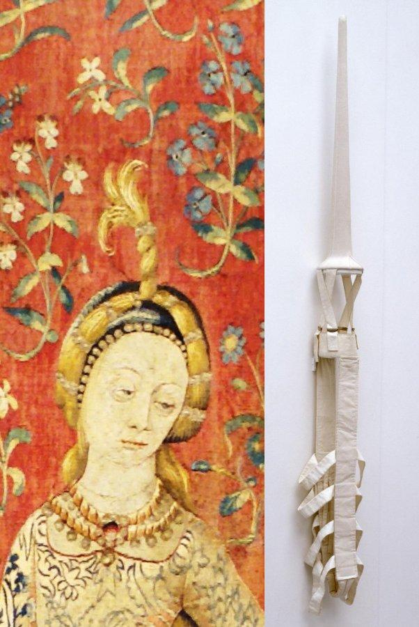 משמאל, הגבירה והחד קרן (פרט), מימין, רבקה הורן, תלבושת חד קרן.