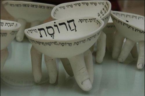 רונית ברנגה (יציאת מצריים של הכלים. בני ישראל אמנם יצאו ברכוש גדול, אחרי ששאלו מן המצרים כְּלֵי-כֶסֶף וּכְלֵי זָהָב, וּשְׂמָלֹת שלא על מנת להחזיר.)