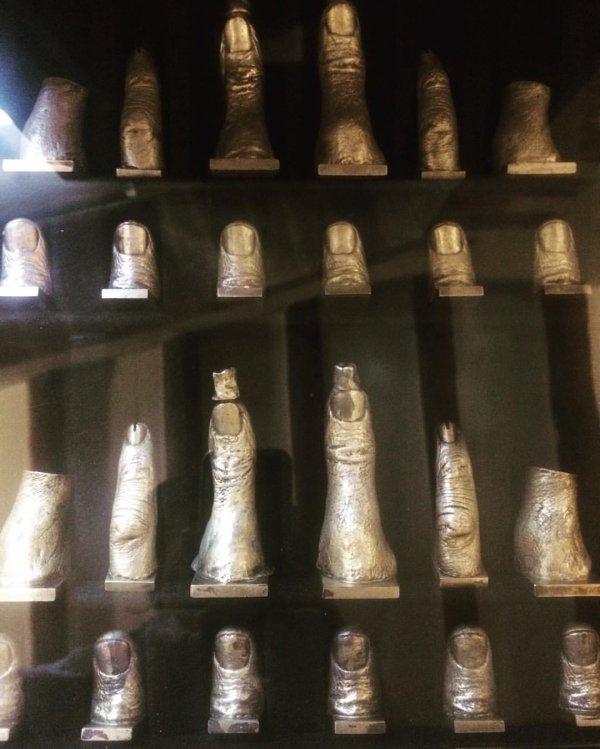 כלי שחמט שעיצב סלוודור דאלי, כמחווה למרסל דושאן (השחמטאי). רוב הכלים הם יציקות של אצבעותיו. המלכה היא יציקת אצבע של גאלה אישתו.