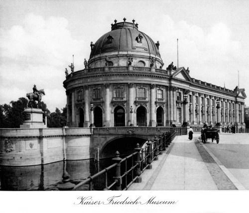 צלם אנונימי, גשר על נהר השפרה, בין מוזיאון הקייזר פרידריך לפסלו, מתוך אלבום תמונות של ברלין, 1904.
