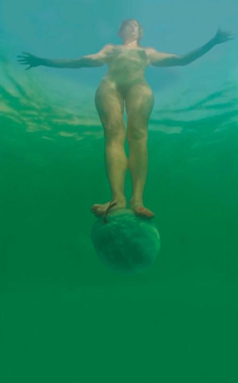 סיגלית לנדאו בלהטוט קרקסי משלה, על אבטיח בים המלח.