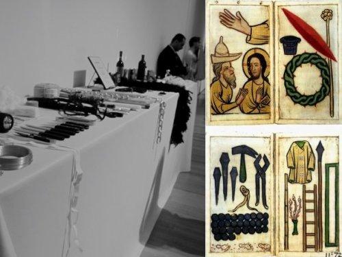 מימין, arma christi. משמאל, קטע מהשולחן של Rhythm 0 כפי ששוחזר בתערוכה הרטרוספקטיבית במומה, ב2010.