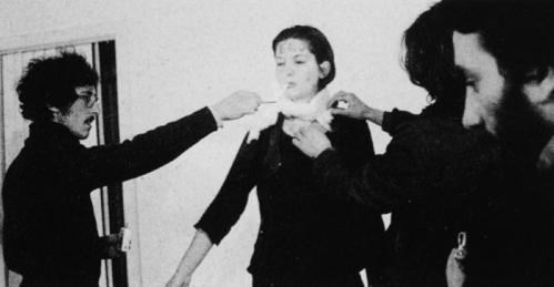 מרינה אברמוביץ Rhythm 0, 1974 – קל לגזור מן התמונה את האברים המתעללים המרחפים.