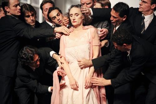 מתוך 1980 של פינה באוש. נזרת' פנדרו היא האישה שעוצמת עיניים. עיני הגברים דווקא פקוחות.